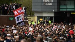 Fans Manchester United melancarkan protes massal terhadap pemilik klub, keluarga Glazer. Mereka menyerbu lapangan di Old Trafford sebelum kick-off. (Foto: AFP/Oli Scarff)