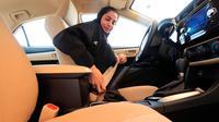 Seorang wanita mengenakan sabuk pengaman sebelum ujian mengemudi di Departemen Lalu Lintas Umum di ibu kota Riyadh, Senin (4/6). Pemerintah Arab Saudi resmi mengeluarkan lisensi mengemudi untuk para wanita di sana. (Saudi Information Ministry via AP)