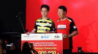 Kevin Sanjaya saat menerima bonus Rp 600 juta dari Djarum Foundation (Liputan6.com/Thomas)