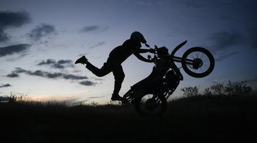 Pedro Aldana pada umur 11 tahun sudah mahir mengendalikan trik seni akrobatik sepeda motor atau yang lebih akrab disebut freestyler. (Foto: AP/Matias Delacroix)