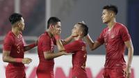 Pemain Timnas Indonesia, Evan Dimas dan Riko Simanjuntak, merayakan kemenangan atas Timor Leste pada laga Piala AFF 2018 di SUGBK, Jakarta, Selasa (13/11). Indonesia menang 3-1 atas Timor Leste. (Bola.com/M. Iqbal Ichsan)