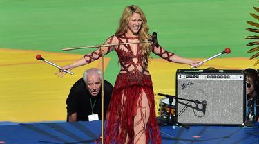 Penyanyi Shakira tampil dalam upacara penutupan Piala Dunia 2014 di Stadion Macarana, Brasil, Senin (14/7/14). (AFP PHOTO/Nelson Almeida)