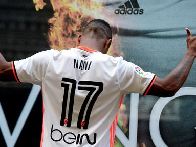 Luis Nani berpose saat diperkenalkan sebagai pemain baru Valencia, (14/7/2016). (AFP/Jose Jordan)