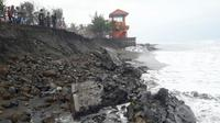 Dampak gelombang tinggi di perairan selatan Kebumen, Desember 2018. (Foto: Liputan6.com/BPBD Kebumen/Muhamad Ridlo)