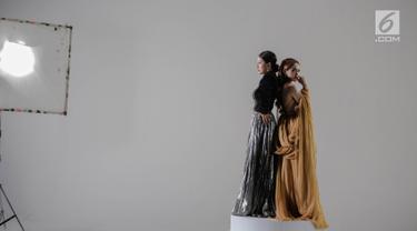 Cita Citata dan Sarwendah saat proses syuting video klip di kawasan Jakarta, Senin (15/10). Syuting video klip tersebut meremake lagu dari Sandra Dewi berjudul ku akui hati ini. (Liputan6.com/Faizal Fanani)