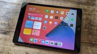 iPad 8th Gen memiliki layar Retina Display berukuran 10,2 inci. (Liputan6.com/ Yuslianson)