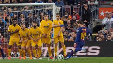 Barcelona semakin menjauh dari kejaran rival perburuan gelar juara La Liga musim ini Atletico Madrid usai mengalahkan klub asuhan Diego Simeone tersebut dengan skor tipis 1-0, Minggu (4/3). Gol kemenangan El Barca dicetak lewat tendangan bebas cantik...