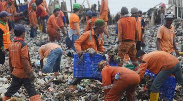 Petugas Suku Dinas Lingkungan Hidup membersihkan sampah plastik  yang menumpuk di kawasan wisata hutan Mangrove Muara Angke, Jakarta, Sabtu (17/3). (Merdeka.com/Imam Buhori)