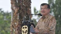 Wapres Jusuf Kalla memberikan pidato saat acara syukuran HUT ke-63 Kopassus di Cijantung, Jakarta, Rabu (29/4/2015). Kopassus mengundang pihak-pihak yang pernah berseteru. (Liputan6.com/Herman Zakharia)