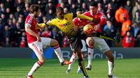 Pemain MU, Chris Smalling dan Daley Blind, berebut bola dengan pemain Watford, Odion Ighalo, dalam lanjutan Liga Inggris di Stadion Icarage Road, Watford, Sabtu (21/11/2015). (Reuters/Eddie Keogh)