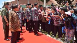 Presiden Joko Widodo bersalaman dengan tamu undangan saat peringatan Hari Pers Nasional 2016 di Kawasan Ekonomi Khusus Mandalika, Kabupaten Lombok Tengah, Nusa Tenggara Barat (NTB), Selasa (9/2). (Setpres/Agus Suparto)