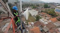 Teknisi XL melakukan perawatan atas perangkat BTS 4G di atas menara di kawasan Lembang, Bandung, (2/11/2015). Proses refarming atau penataan ulang frekuensi 1800Mhz telah selesai untuk wilayah Kota Bandung dan sekitarnya. (Liputan6.com/Yudha Gunawan)