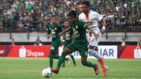 Aksi pemain Persebaya Surabaya, Mochamad Supriadi (depan), pada laga kontra Persija Jakarta di Stadion Gelora Bung Tomo, Surabaya, Sabtu (24/8/2019). (Bola.com/Aditya Wany)