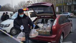 Seorang staf mengantarkan suplai harian di Distrik Daxing di Beijing, ibu kota China, 20 Januari 2021. Distrik Daxing di Beijing pada Rabu (20/1) mengeluarkan pemberitahuan yang melarang semua warga di distrik itu meninggalkan ibu kota di tengah munculnya kasus baru COVID-19. (Xinhua/Peng Ziyang)