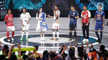 Pedangdut, Via Vallen bernyanyi bersama para pemain sepak bola saat menjadi pengisi acara peluncuran Liga 1 2018 di Studio 5 Indosiar, Senin (19/3). Di atas panggung, Via Vallen terlihat diapit atlet lapangan hijau itu. (Liputan6.com/Faizal Fanani)