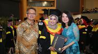 Sebanyak tiga belas pekerja migran Indonesia (PMI) yang bekerja di Singapura berhasil meraih gelar sarjana dari Universitas Terbuka (UT). (foto: @Kemnaker)