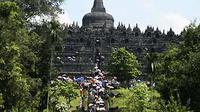 Wisatawan menaiki tangga menuju Candi Borobudur, Magelang, Jawa Tengah. Liburan akhir pekan bertepatan dengan Paskah 2011 ini jumlah pengunjung Borobudur meningkat mencapai 30 persen.(Antara).