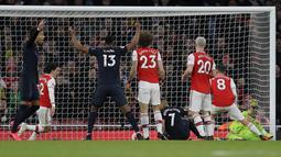 Pemain Everton Richarlison (keempat kanan) mencetak gol ke gawang Arsenal pada pertandingan Liga Inggris di Emirates Stadium, London, Minggu (23/2/2020). Arsenal menang 3-2. (AP Photo/Kirsty Wigglesworth)
