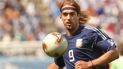 2. Gabriel Batistuta - Pemain andalan tim tango tersebut mengakui di otobiografinya bahwa ia tidak menyukai sepak bola. Ia mengakui ia adalah sosok yang unik tidak seperti pesepak bola lainnya. (AFP/Daniel Garcia)