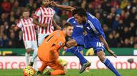 Striker Chelsea, Loic Remy (baju biru), gagal mencetak gol saat mendapat kesempatan emas pada laga kontra Stoke City di Britannia Stadium, Sabtu (7/11/2015). (AFP PHOTO / Paul Ellis)