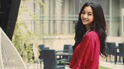 Lewat unggahan di Instagramnya, Glenca tampil manis dengan blouse merah. Tampil dengan makeup natural, dara berusia 25 tahun ini dipuji cantik. (Liputan6.com/IG/@glencachysaraofficial)
