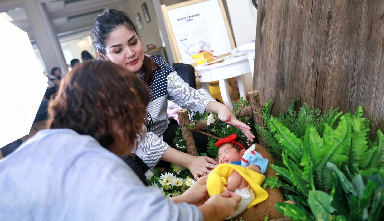 Belakangan ini sedang menjadi tren mendokumentasikan buah hatinya dengan melakukan photoshoot. Hal itu juga dilakukan oleh penyanyi Nindy Ayunda, yang belum lama ini melakukan sesi photoshoot baby born. (Adrian Putra/Bintang.com)