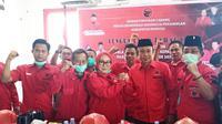 Pasangan Siti Sutinah Suhardi dan Ado Mas'ud saat menerima rekomendasi dari PDI Perjuangan untuk maju di Pilkada Mamuju (Liputan6.com/Abdul Rajab Umar)