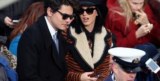 Belum selesai masalah perang dinginnya dengan Taylor Swift, kini Katy Perry kembali tersiarkan soal kisah cintanya. Saat ini ia memang tak sedang menjalin cinta dengan siapapun sejak putus dengan Orlando Bloom.  (AFP/Bintang.com)