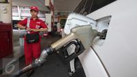 Petugas mengisi BBM jenis solar di SPBU kawasan Kuningan, Jakarta, Kamis (8/10/2015). Pemerintah menurunkan harga solar dari Rp 6.900/liter menjadi Rp.6.700/liter. Harga baru itu akan berlaku mulai Jumat, 9 Oktober mendatang. (Liputan6.com/Angga