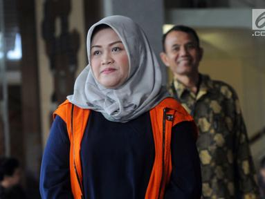 Bupati nonaktif Bekasi Neneng Hasanah Yasin usai menjalani pemeriksaan lanjutan di Gedung KPK, Jakarta, Jumat (8/2). Neneng diperiksa dalam kapasitasnya sebagai tersangka tekait kasus dugaan suap izin proyek pembangunan Meikarta. (Merdeka.com/Dwi Narwoko)