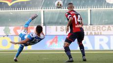 Gelandang Napoli, Elif Elmas melakukan tendangan salto saat bertandang ke markas Genoa pada pekan ke-31 Serie A Liga Italia musim 2019/2020 di Stadion Luigi Ferraris, Rabu (8/7/2020). Napoli unggul tipis 2-1 atas Genoa. (Tano Pecoraro / LaPresse via AP)