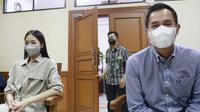 Ririn Dwi Ariyanti dan Aldi Bragi saat menghadiri persidangan di Pengadilan Agama Jakarta Selatan, Kamis (30/9/2021) (Kapanlagi.com)