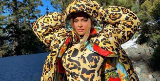 Beauty mogul dan billion-dollar baby Kylie Jenner merayakan ulang tahunnya ke-24. Belakangan Kylie menggilai bodysuit atau catsuit dengan ragam model dan motif. (Foto: Instagram @kyliejenner)
