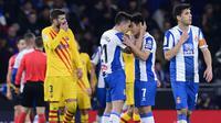 Para pemain Espanyol merayakan gol yang dicetak Wu Lei ke gawang Barcelona pada laga La Liga Spanyol di Stadion RCDE, Cornella de Llobregat, Sabtu  (4/1). Kedua klub bermain imbang 2-2. (AFP/Pau Barrena)