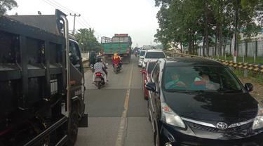 Kondisi saat arus balik kendaraan wisatawan yang akan keluar Anyer, Minggu (4/4/2021) sore
