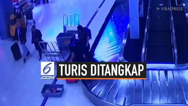 Dua orang turis asal Kanada terekam CCTV tengah mencuri sebuah koper di Bandara Suvarnabhumi, Thailand. Koper yang dicuri adalah milik seorang turis dari Korea Selatan bernama Yi Ming Liao. Tak berselang lama, dua orang turis itu ditangkap keamanan b...