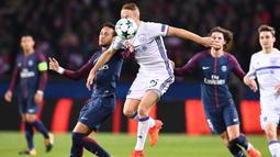 Gelandang Anderlecht, Adrien Trebel, berebut bola dengan gelandang PSG, Neymar, pada laga Liga Champions di Stadion Parc des Princes, Paris, Selasa (31/10/2017). PSG menang 5-0 atas Anderlecht. (AFP/Franck Fife)