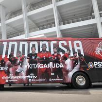 Penampakan bus baru Timnas Indonesia saat diluncurkan di Gelora Bung Karno (GBK), Jakarta, Minggu (22/7). Bus ini merupakan hibah dari bentuk kerja sama antara PSSI dan Supersoccer Indonesia. (Merdeka.com/Iqbal Nugroho)