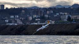 Kondisi pesawat maskapai Pegasus Airlines yang nyaris terperosok ke laut saat mendarat di bandara Trabzon, Turki, Minggu (14/1). Pesawat Boeing 737 berpenumpang 168 orang itu berangkat dari Ankara dan hendak mendarat di Trabzon. (DOGAN NEWS AGENCY/AFP)