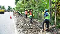 Pekerjaan revitalisasi saluran drainase jalan nasional sepanjang 5.000 Km yang termasuk dalam cakupan program Padat Karya Tunai (PKT). (Dok Kementerian PUPR)