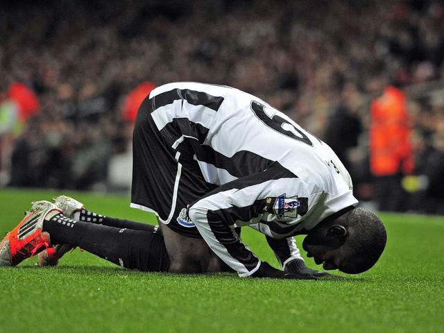 Demba Ba, Pesepak Bola Muslim yang Lawan Rasialisme Lewat Ayat Al-Quran -  Inggris Bola.com