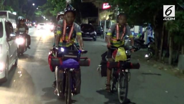 Sepasang suami istri mudik ke kampung halaman di Tegal menggunakan sepeda. Mereka berangkat dari rumahnya di Kemang, Jakarta Selatan.