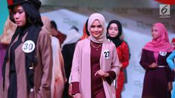 Senyum peserta saat memeragakan busana pada acara Hijab Hunt 2018 di Jakarta, Minggu (6/5). Selain untuk menyambut Ramadan, acara ini juga untuk menggaungkan semangat kebinekaan kepada generasi muda. (Liputan6.com/Angga Yuniar)