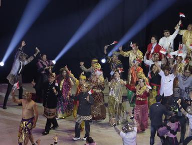 Pakaian adat membuka jalan kontingen Indonesia saat upacara pembukaan SEA Games 2019 di Philipine Arena Bulacan, Manila, Sabtu (30/11). Pesta olahraga se-Asia Tenggara ini akan berlangsung hingga 11 Desember. (Bola.com/M Iqbal Ichsan)