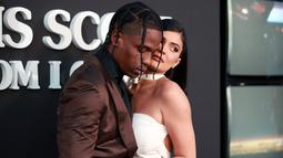 "Travis Scott (kiri) berpose bersama Kylie Jenner saat menghadiri pemutaran perdana Netflix ""Travis Scott: Look Mom I Can Fly"" di Barker Hangar, Santa Monica, California, Amerika Serikat, Senin (27/8/2019). Scott dan Kylie tampak mesra di depan kamera. (Rich Fury/GETTY IMAGES NORTH AMERICA/AFP)"
