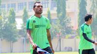 Gelandang Persebaya, Nelson Alom, kembali berlatih setelah absen karena cedera dalam beberapa bulan terakhir. (Bola.com/Aditya Wany)