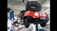 Seorang mekanik sedang melakukan pengecekan mobil di bengkel Toyota Auto2000. (dok Auto2000)