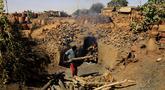 Seorang perajin Sudan membakar tembikar di Khartoum, Sudan (20/10/2020). Para perajin tembikar di Sudan memanfaatkan tanah liat sisa banjir untuk membuat benda-benda kerajinan tersebut. (Xinhua/Mohamed Khidir)