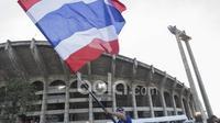 Fans Thailand mengibarkan bendera negaranya siap meramaikan laga final leg kedua Piala AFF 2016 di Stadion Rajamangala, Thailand. (Bola.com/Vitalis Yogi Trisna)