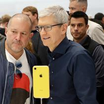 CEO Aplle Tim Cook dan Apple chief design officer Jonathan Ive melihat produk baru Apple di Apple Headquarters, Cupertino, California (12/9). Tiga iPhone terbaru Apple tersebut merupakan penerus dari iPhone X. (AP Photo/Marcio Jose Sanchez)